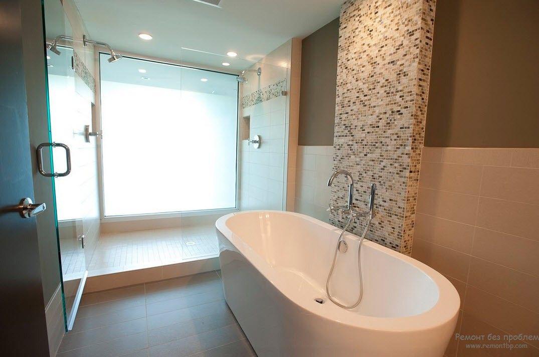 ванна овальной формы в оригинальном интерьере ванной комнаты