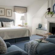 Спокойный интерьер синей спальни