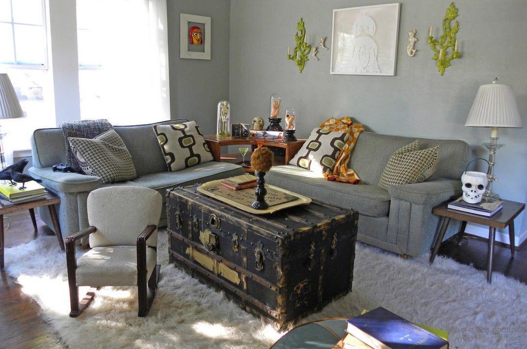 Журнальный столик, имитирующий обшарпанный старый сункдук