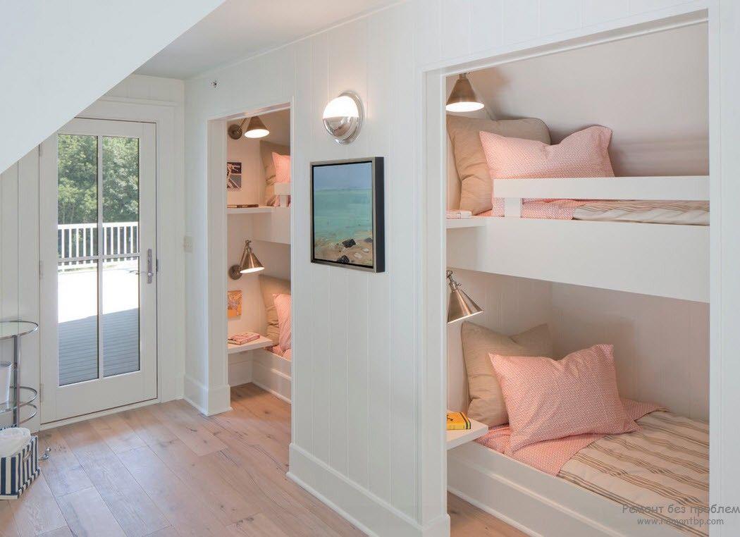 Эффектные белые кровати-подиумы