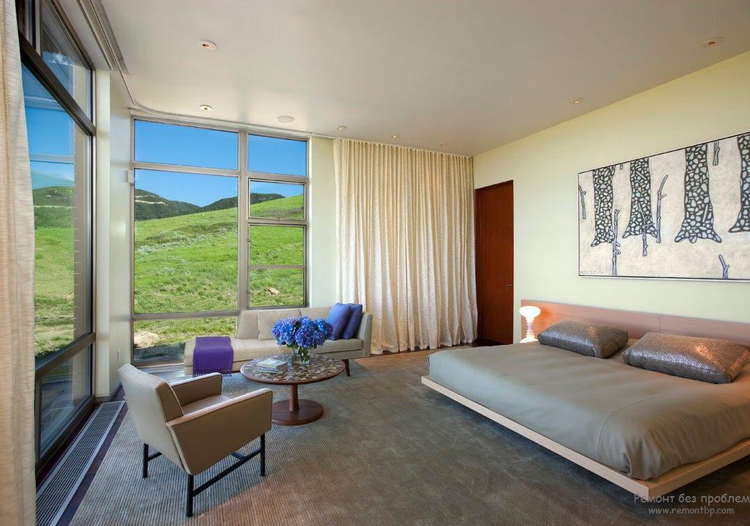 Окно на всю стену в интерьере современной спальной комнате