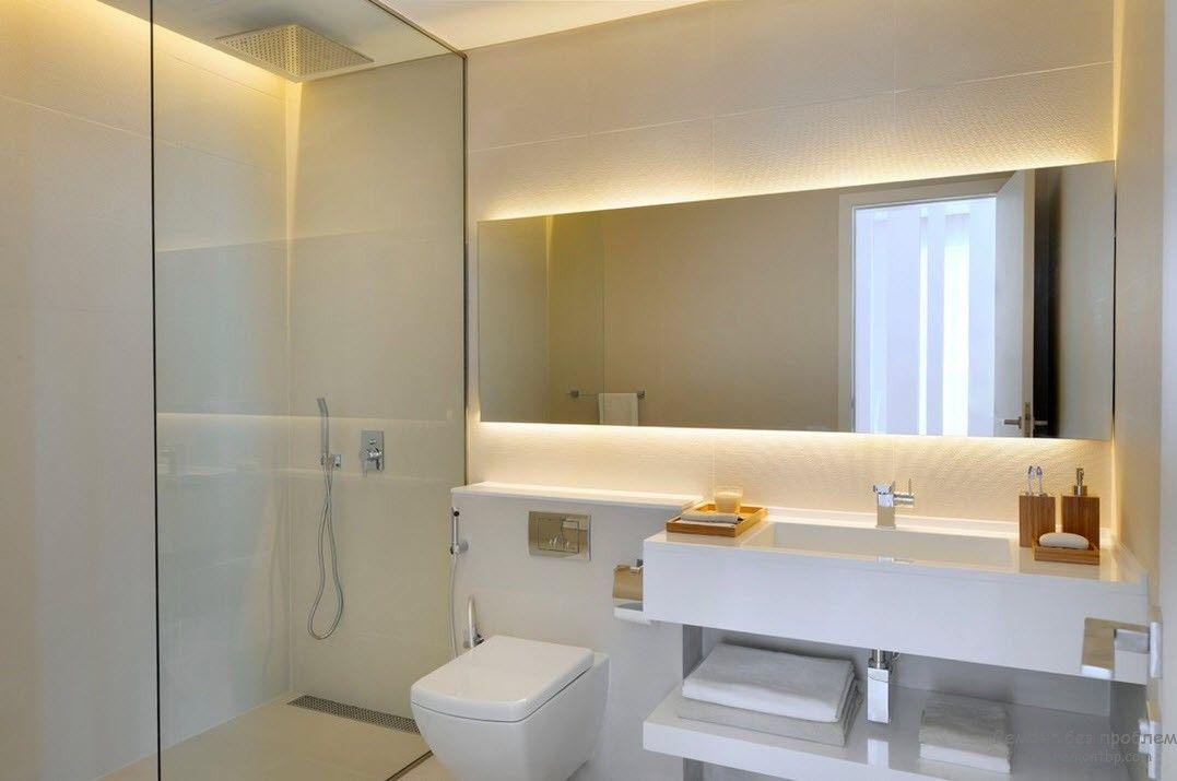 Зеркало длиной во всю стену в ванной комнате в стиле минималиизм