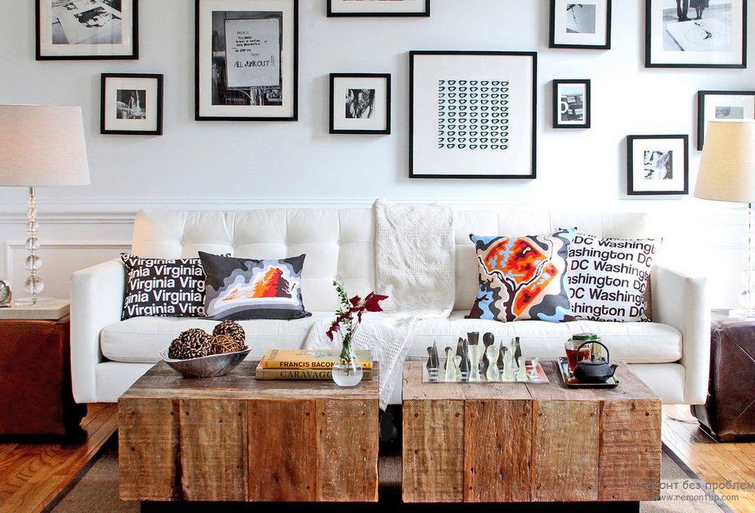 Два одинаковых журнальных столика в интерьере гостиной