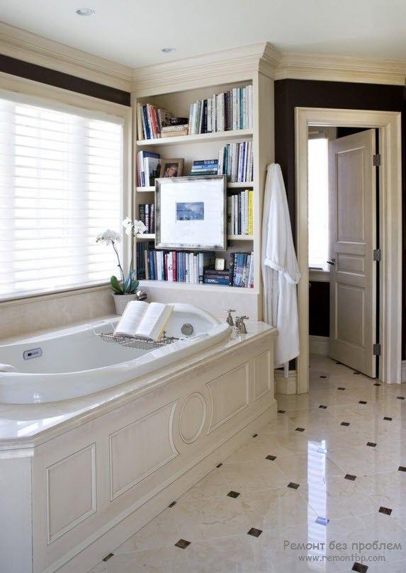 Оригинальная встроенная книжная полка, размещенная в ванной комнате