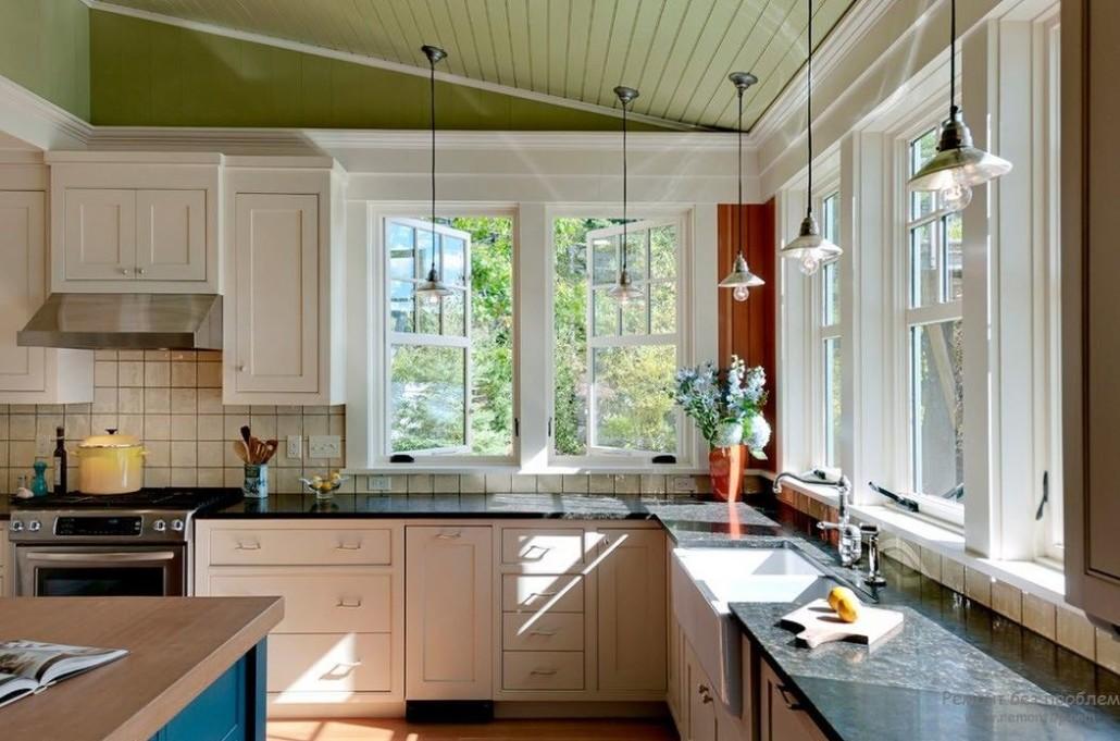 Интерьер кухни с окном в фото