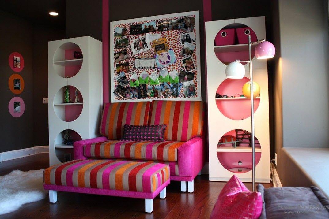 Яркая мебель в нейтральном интерьере