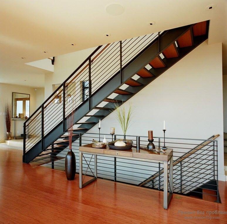 Достаточно массивная металлическая лестница в интерьере