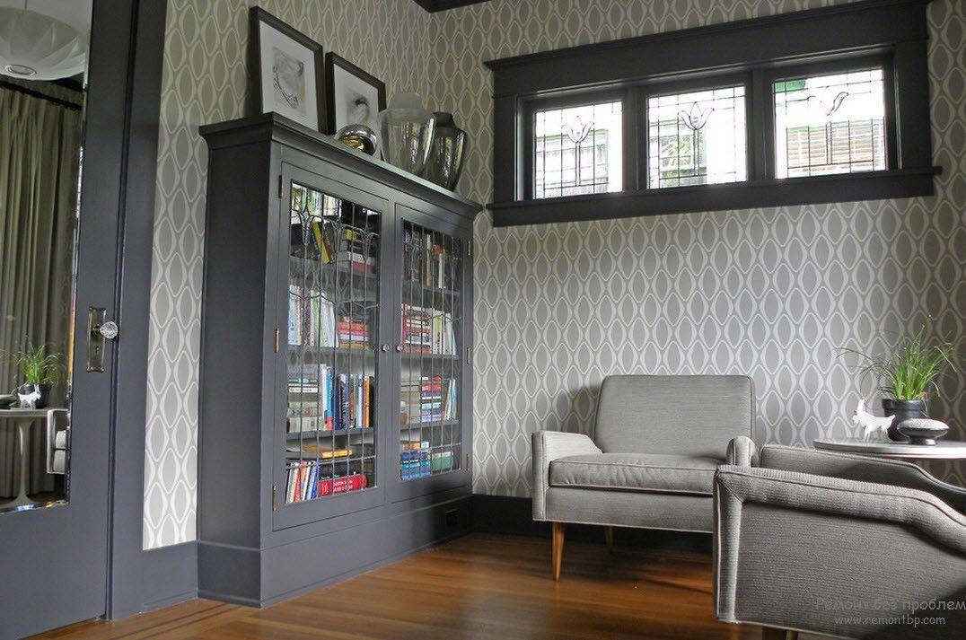 Интерьер гостиной с серыми обоями