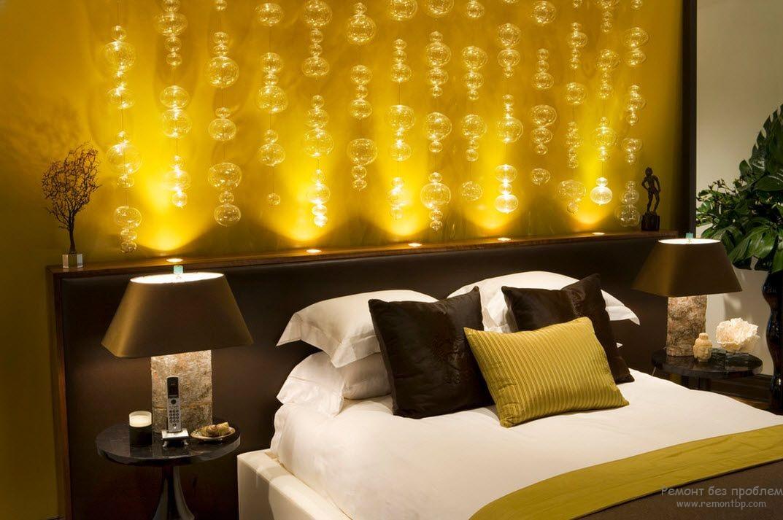 Подсвеченная декоративная ниша у изголовья кровати