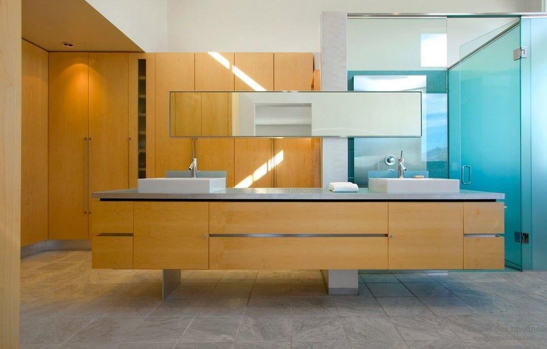 Использование светлого дерева и мрамора для отделки минималистской ванной комнаты