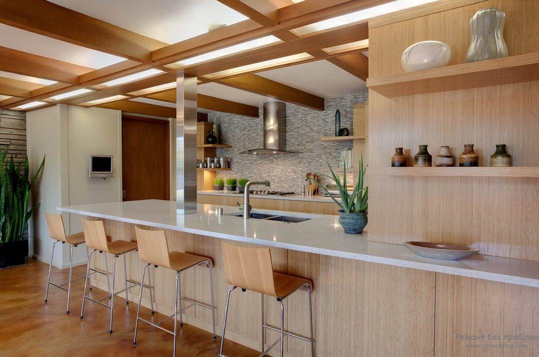 Интерьер кухни с зелеными растениями