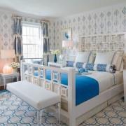 Синие узоры на белом фоне в интерьере спальни