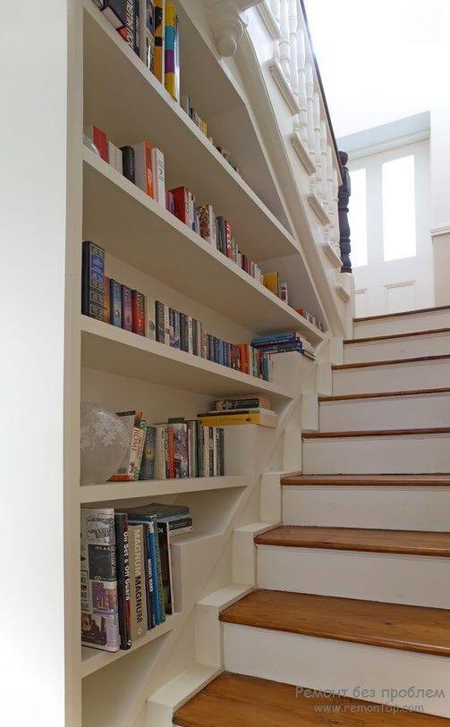 Книжные полки, размещенные в лестничном проеме