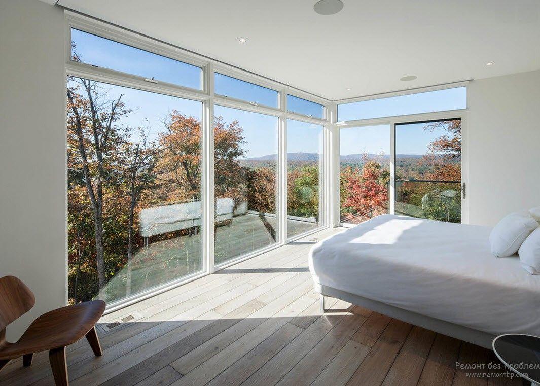 Деревянные доски на полу минималисткой спальни
