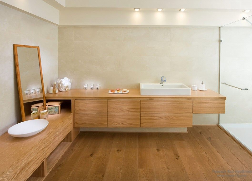 Зеркало в деревянной раме в гармонии с деревянной мебелью и отделкой ванной комнаты