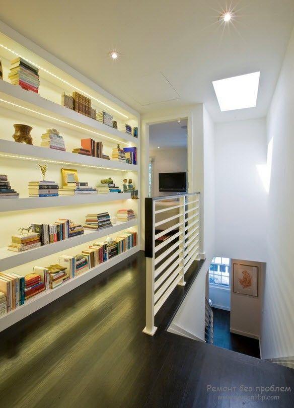 Оригинальный книжный стеллаж во главе интерьера помещения