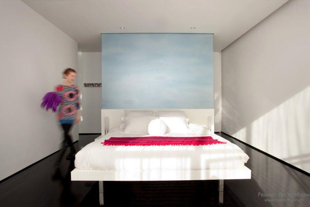 Яркий цвет на покрывале в качестве акцента интерьера спальни
