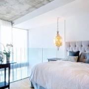Подвесной светильник в интерьере спальни