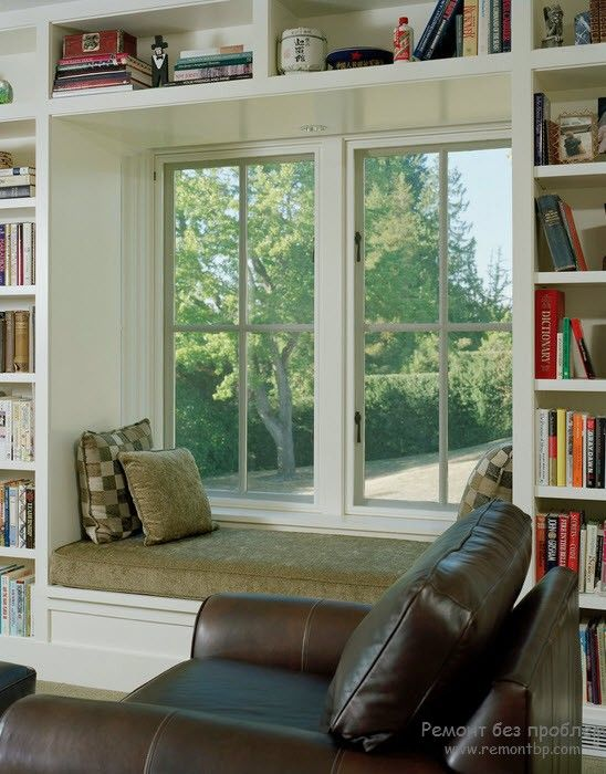 Встроенные полки с книгами и уютный подоконник для чтения