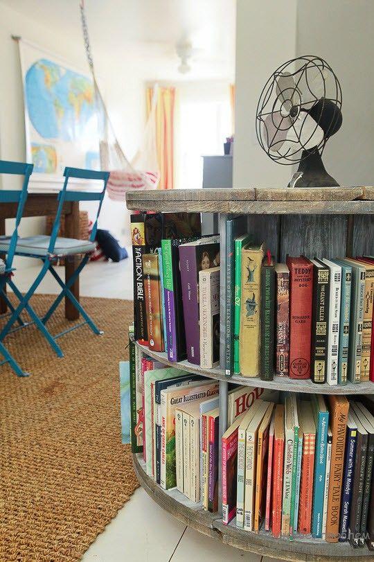 Необычный дизайн книжной полки в интерьере