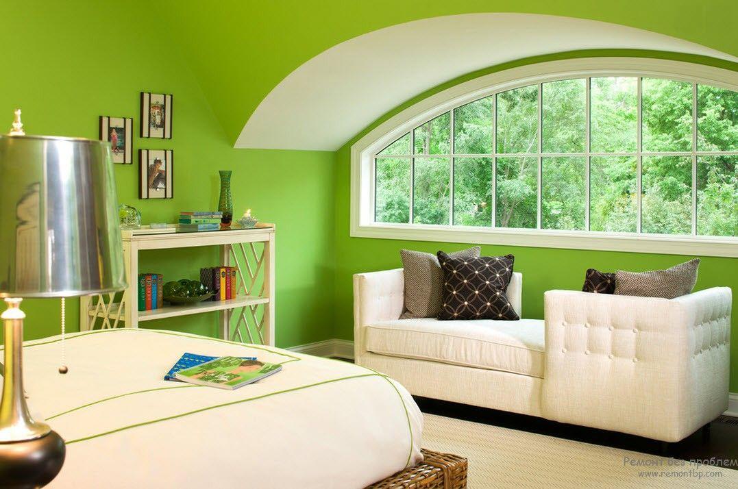 Стены спальни, отделанные насыщенным фисташковым цветом