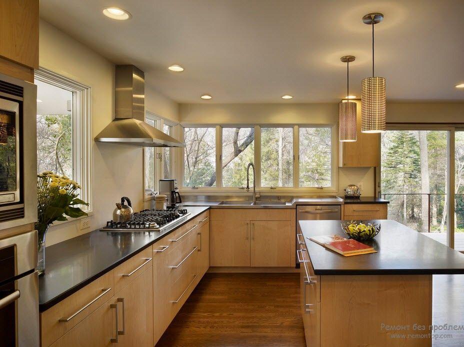 Интерьер светло-бежевой кухни с темной столешницей
