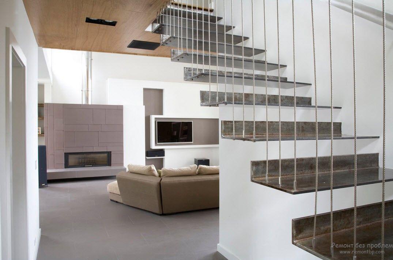 Вариант массивной металлической лестницы с использованием пространства под ней