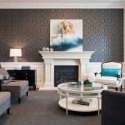 Уютный интерьер гостиной с обоями с орнаментом