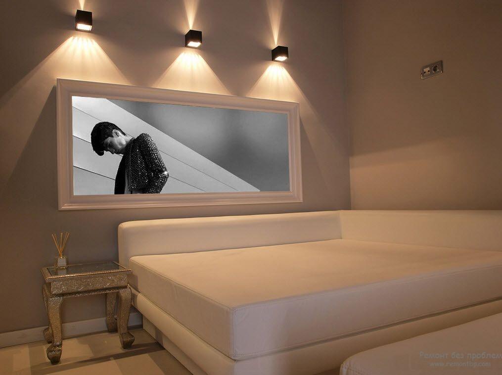 Эффектное настенное освещение в спальной комнате