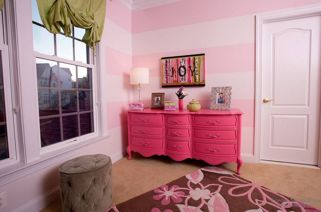 Яркий акцент интерьера детской комнаты - розовый комод