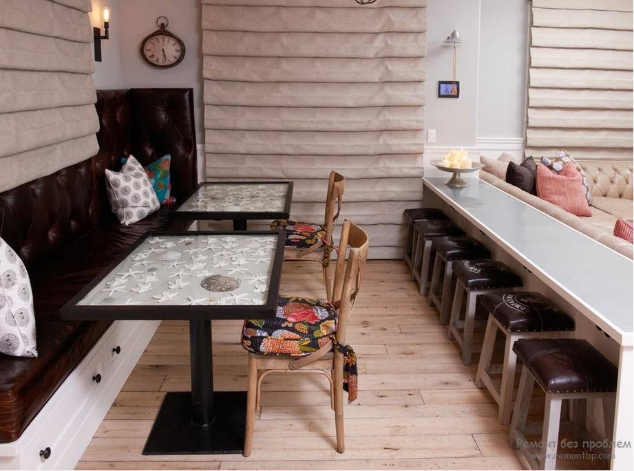 Лавки и стулья на обеденной зоне