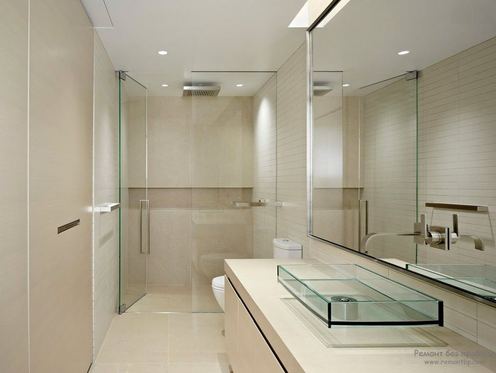 Зеркало, а также стелкянные двери и раковина в интерьере ванной комнаты в стиле минимализм