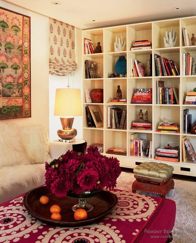Книжный стеллаж - акцент интерьера комнаты