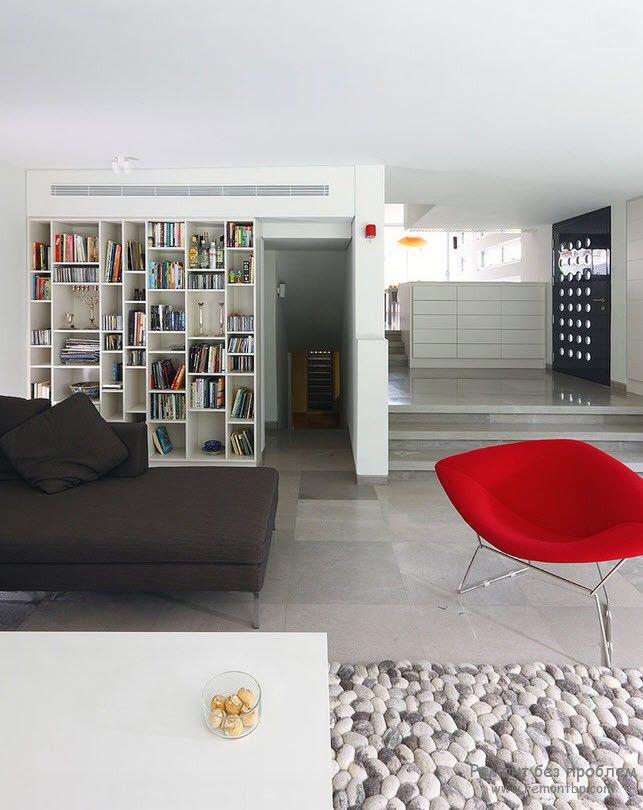 Необычный книжный стеллаж в центре интерьера помещения