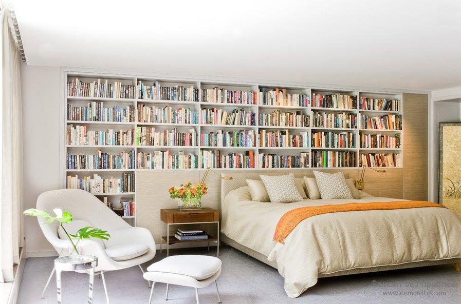 Классические книжные полки для домашней библиотеки, размещенной в спальне
