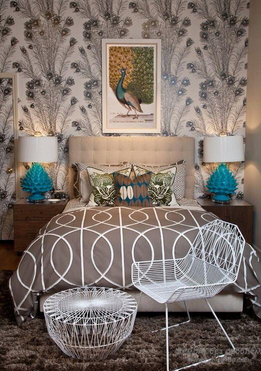 Оригинальные настольные лампы на пикроватных тумбочках в интерьере спальни