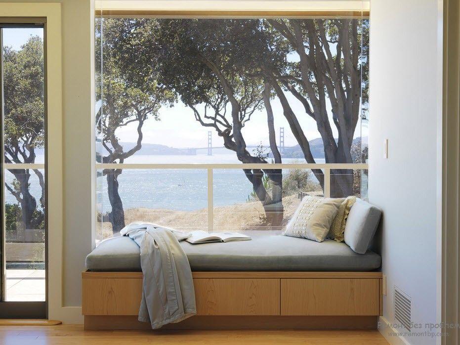 Окно с красивым видом в качестве места для чтения