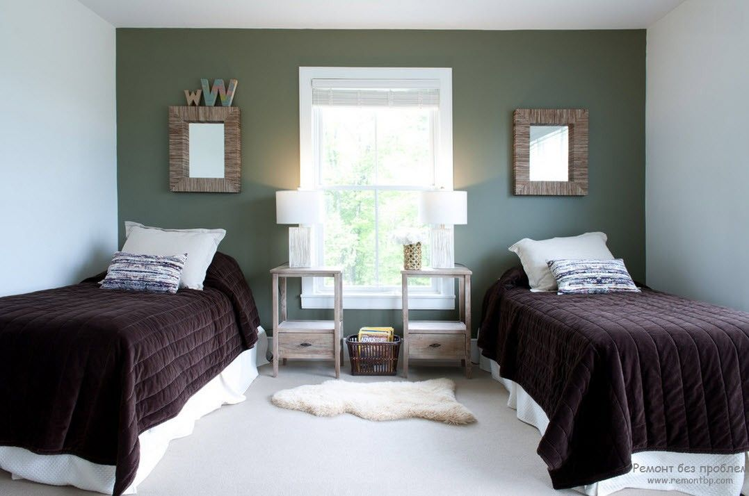 Квадратная комната с традиционным расположением кроватей