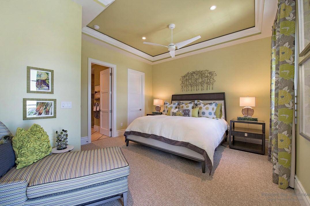 Элегантная спальня в пастельных тонах с элементами оливкового