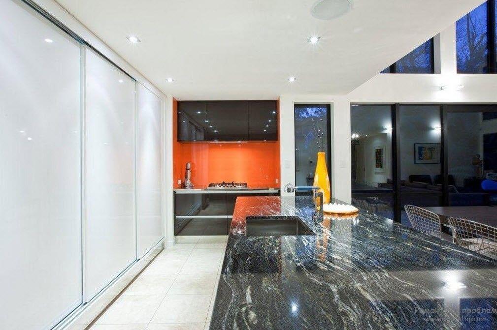 Черная мраморная столешгница в сочетании с оранжевым цветом