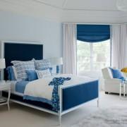 Естественное освещение в синей спальне