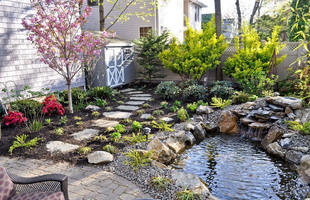 Небольшой пруд сочетается с небольшим «водопадом», образуя уютный уголок для отдыха рядом с жилым домом