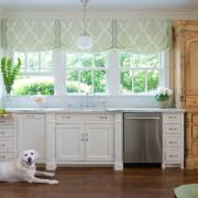 Легкие и милые шторы в интерьере кухни