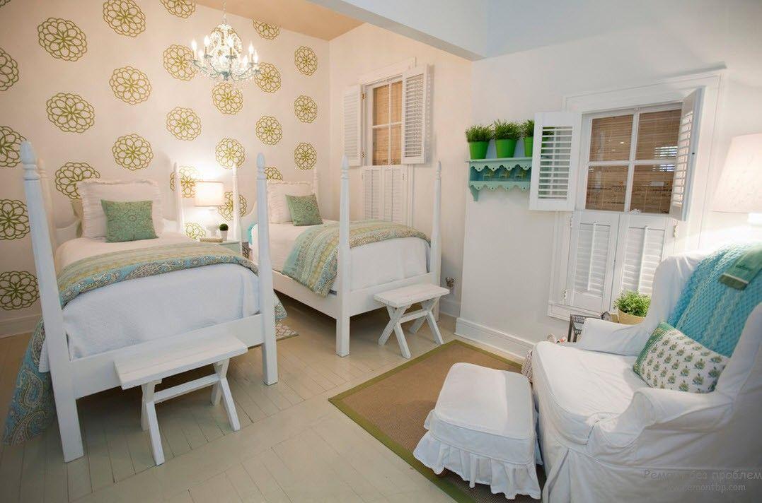 Белые обычные детские кроватки, расположенные параллельно