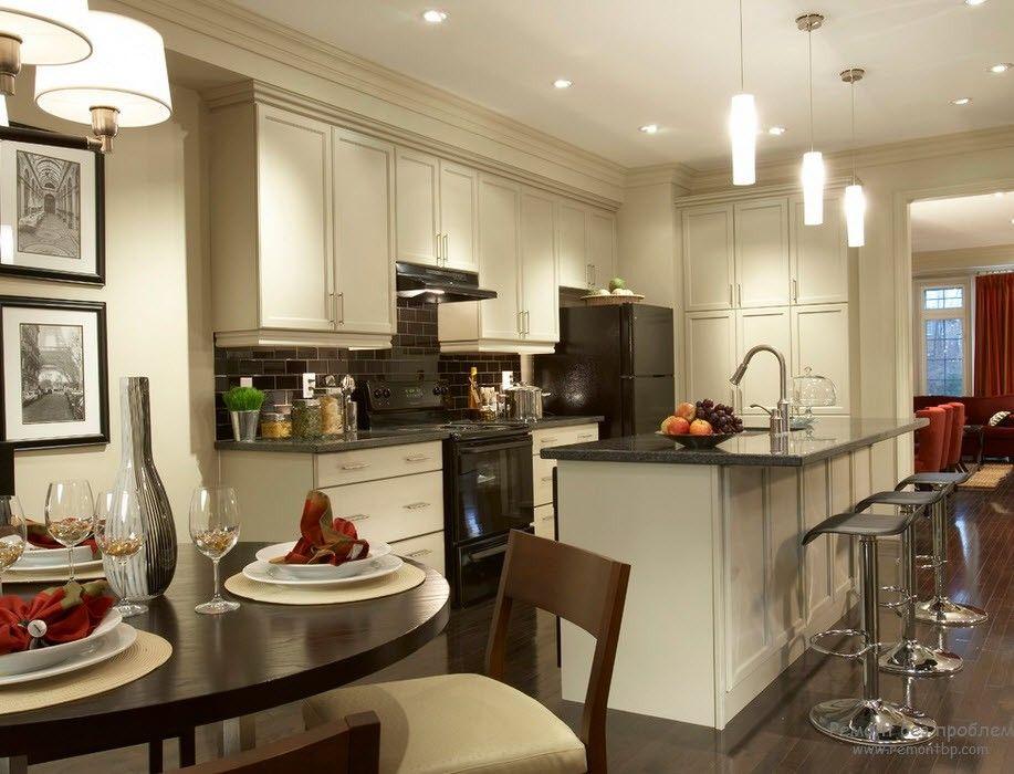 Интерьер белой кухни с черной столешницей