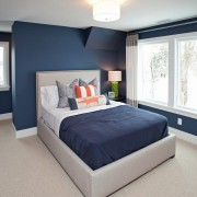 Сочетание синего цвета с оранжевым в интерьере спальни