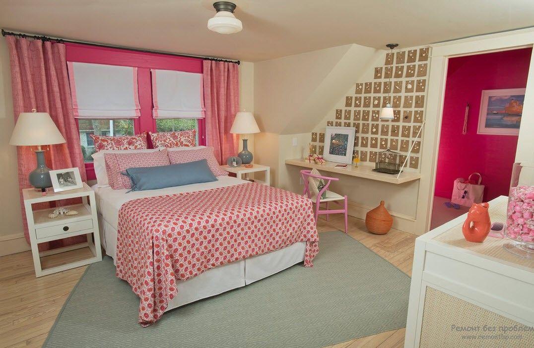 Яркая женская спальня