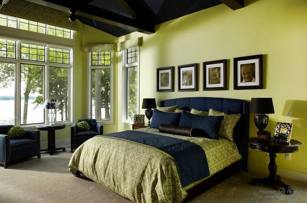 Классическая спальня с темной мебелью в сочетании с оливковым и темно-синим цветами