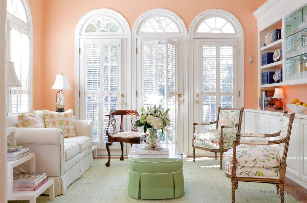 Мягкий интерьер персиковой гостиной