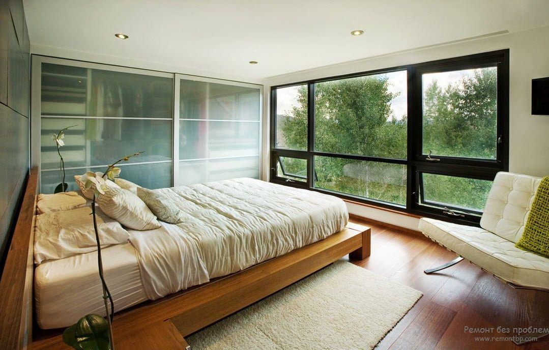Небольшая спальня с минимумом мебели